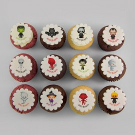 Les cupcakes d'Halloween à motifs d'enfants costumés